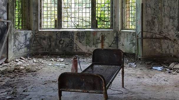 Здесь была больница