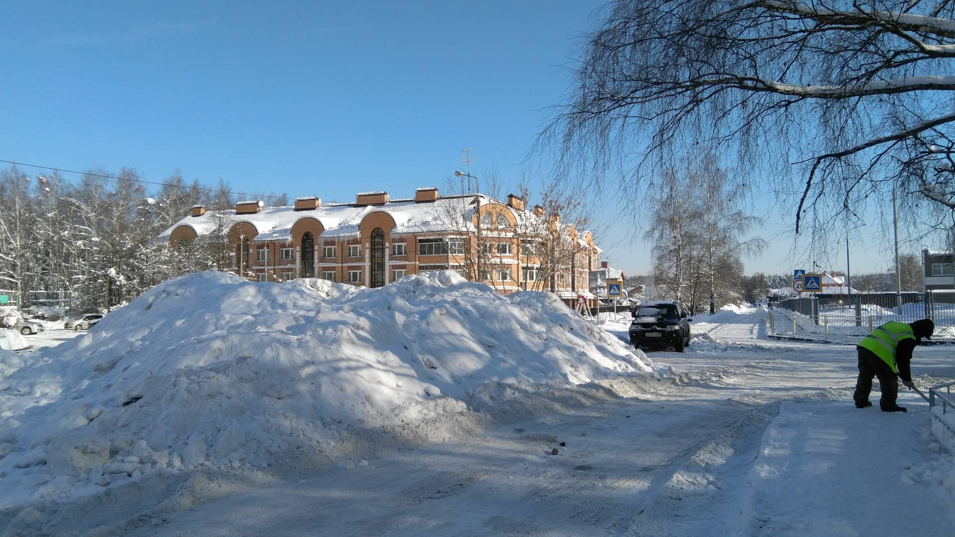 Пироговский, куча снега на автомобильной стоянке