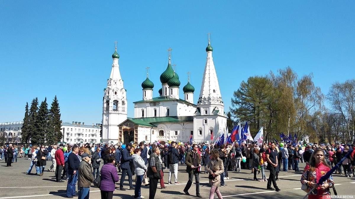 Колонна профсоюзов на Советской площади Ярославля. 1 мая 2019