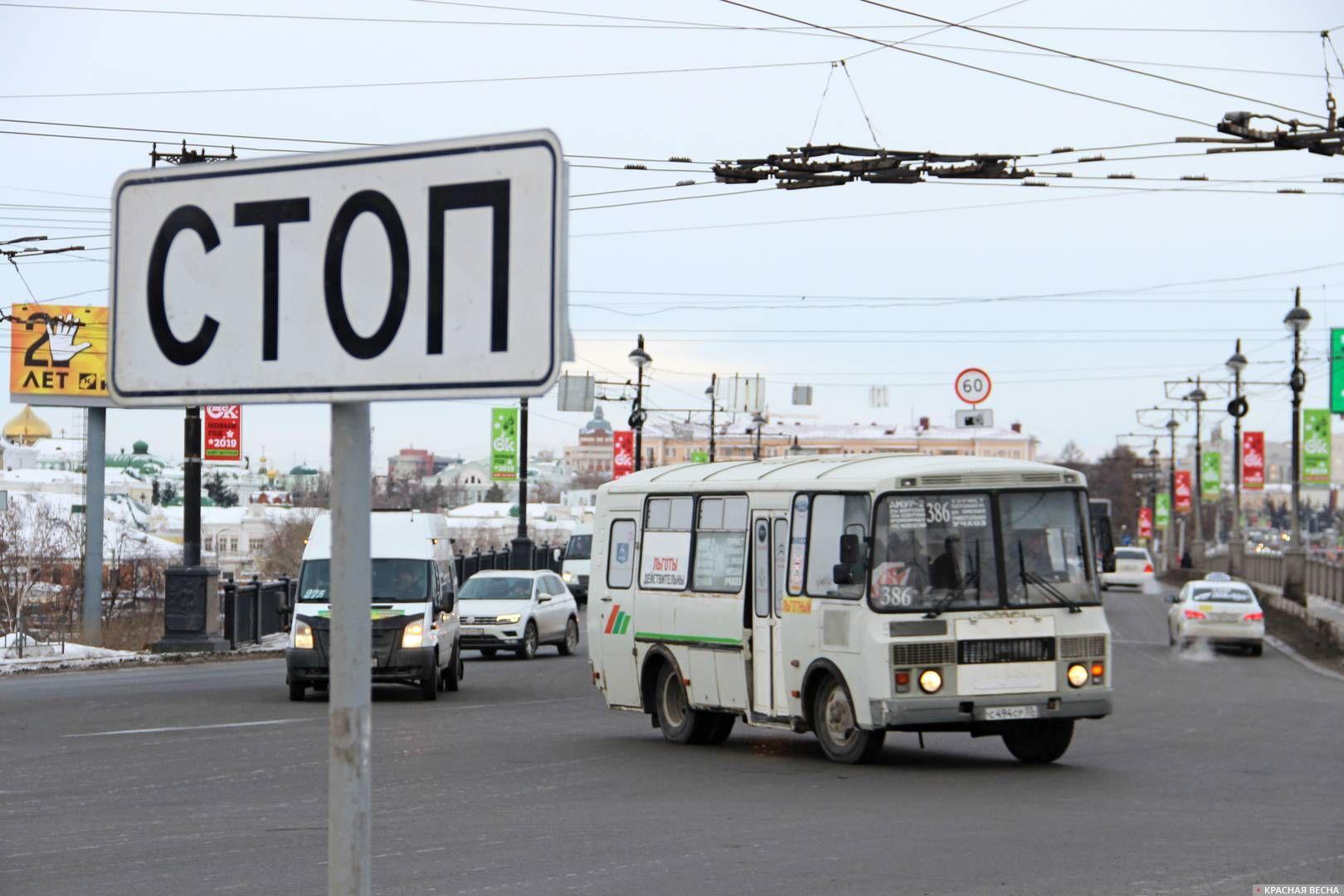 Автомобильное движение по Комсомольскому мосту. Омск
