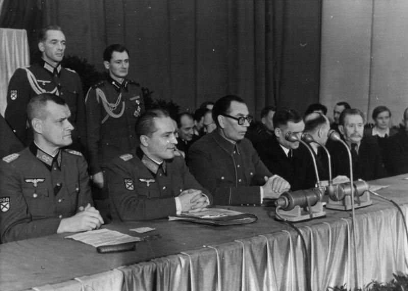 Генералы Русской Освободительной Армии (РОА) на съезде Комитета Освобождения Народов России (КОНР) в Праге. Федор Трухин — крайний слева, генерал Власов — в центре
