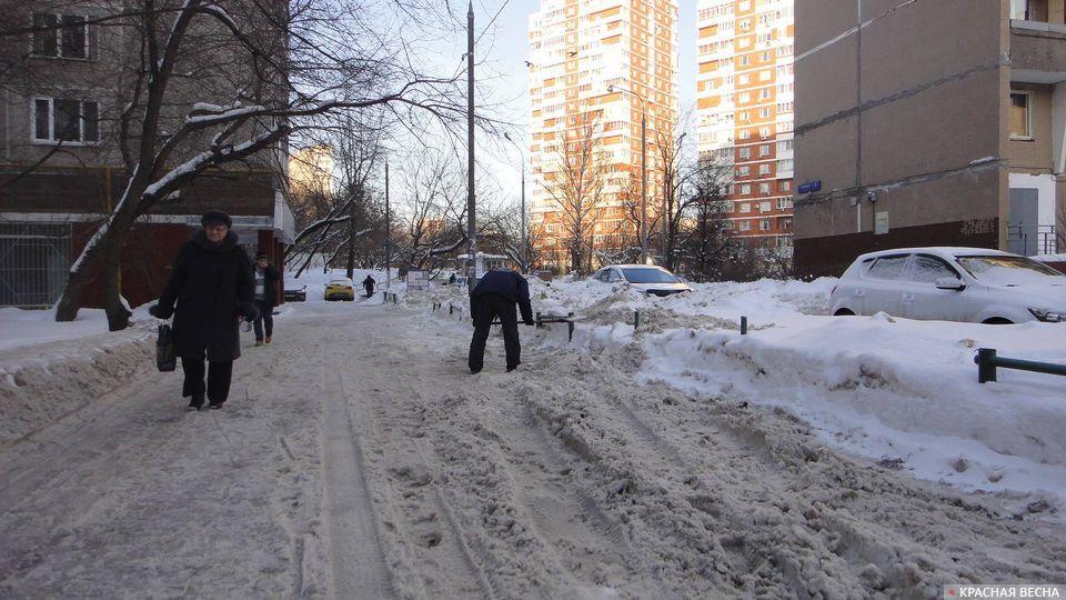 Снег и лед. А где же трактор? «Где-то убирает». Москва, Матвеевское