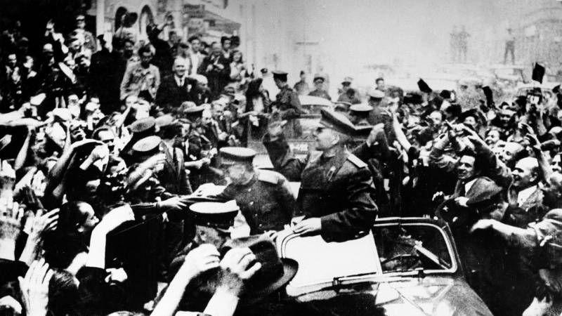 Жители Праги приветствуют маршала И.С. Конева, командующего 1-м Украинским фронтом, войска которого освобождали Прагу от немецких войск 9-12 мая 1945 года