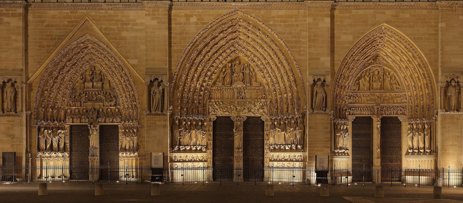 Нижняя часть фасада Собора Парижской Богоматери
