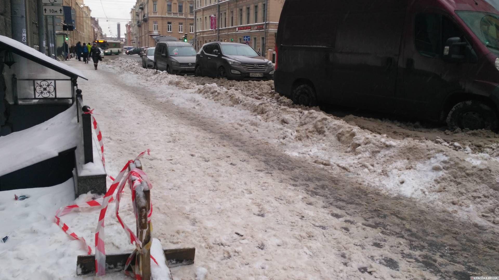 Крыши чисты, проход по тротуару открыт, проблема теперь в крайнем правом ряду. Санкт-Петербург