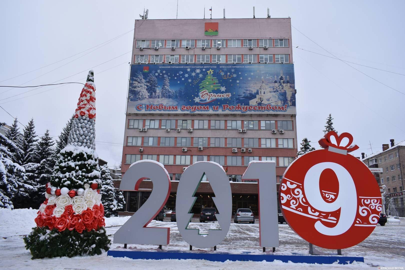 Инсталляция перед зданием администрации города Брянска