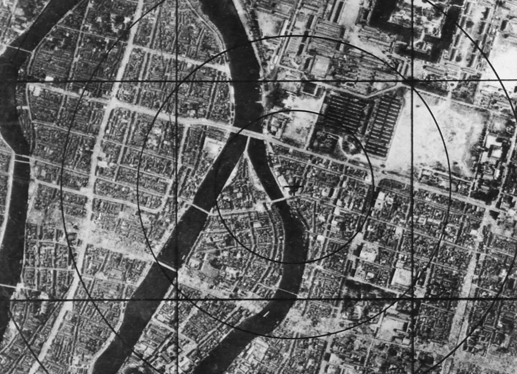 Данные военно-воздушных сил США – карта Хиросимы перед бомбардировкой, на которой можно наблюдать круг интервалом в 304 м от эпицентра, который моментально исчезнет с лица земли