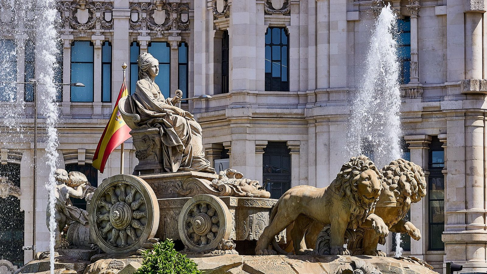 Кибела в колеснице, запряженной львами.