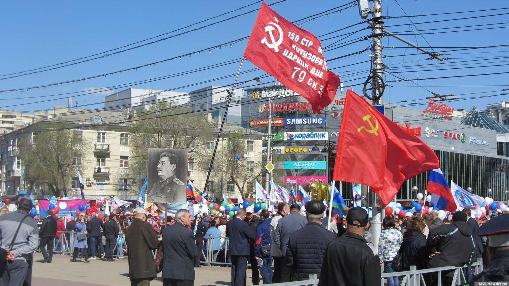 Портрет И. В. Сталина и Знамя Победы перед началом первомайской демонстрации в Рязани