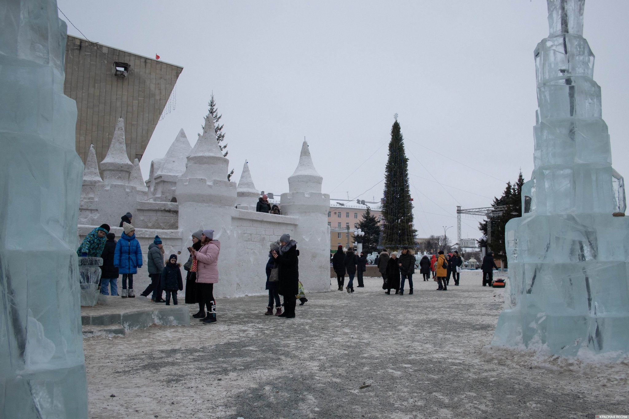 Вход на Театральную площадь, где установлена главная городская елка