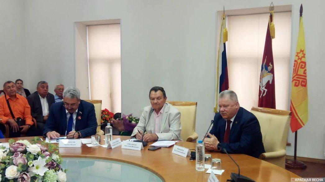 Петр Чекмарев обращается с приветственной речью к участникам встречи