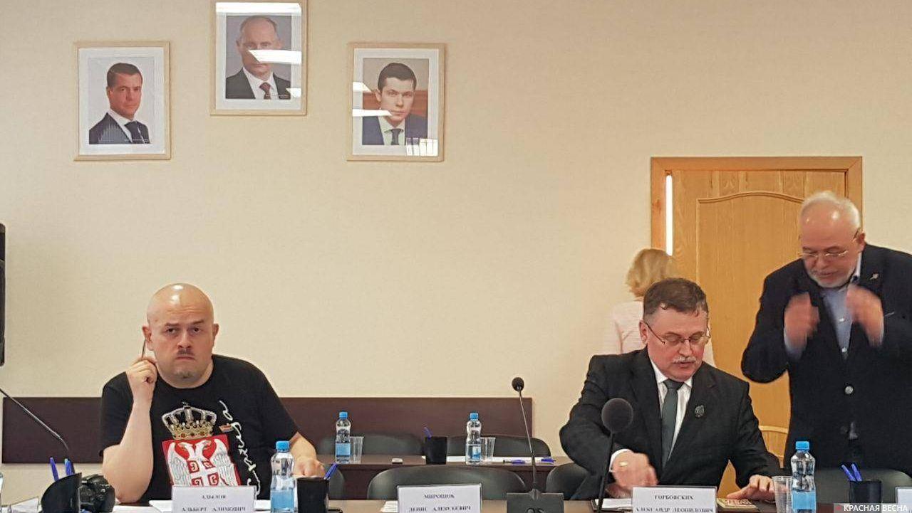 Член комиссии по культуре, сохранению исторического и духовного наследия Альберт Адылов и краевед Александр Горбовских на заседании комиссии
