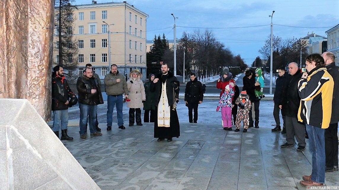 Молебен за упокой погибших при штурме Грозного у мемориала «Скорбящая мать». Уфа