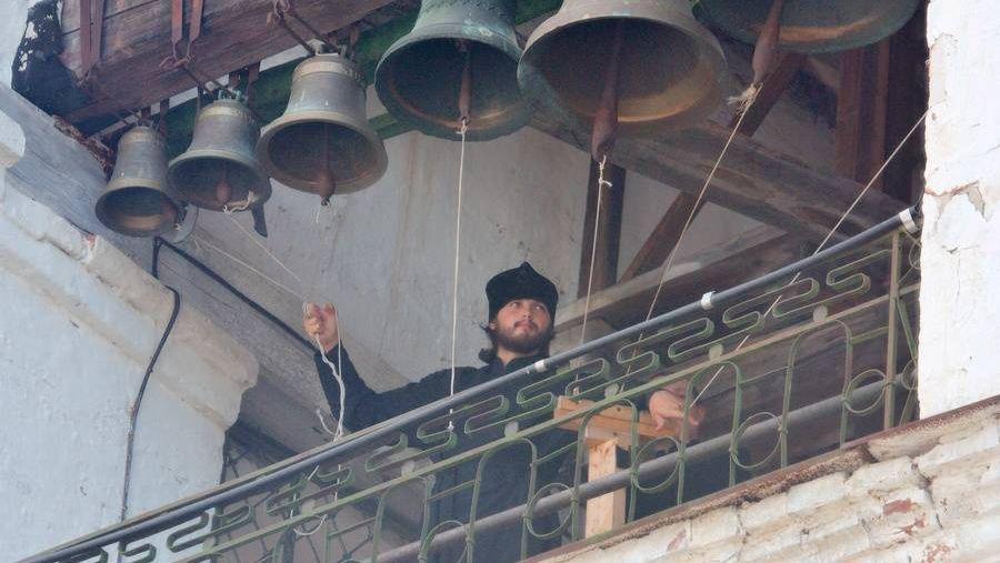 Звонарь на колокольне Ипатьевского монастыря в Костроме
