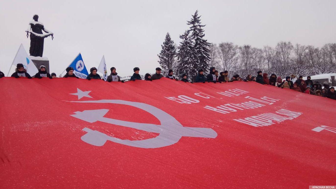 Знамя победы на Пискаревском кладбище