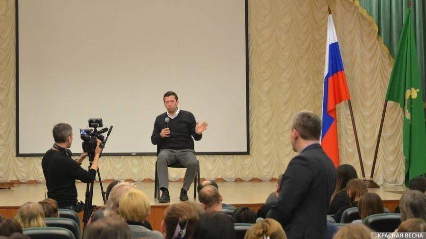 Актер А. Мерзликин отвечает на вопросы после показа фильма «Сын»