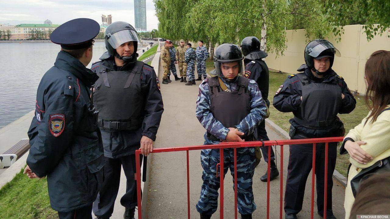 Протест на Октябрьской площади в Екатеринбурге, 16 мая 2019Александр Кардаполов © ИА Красная Весна