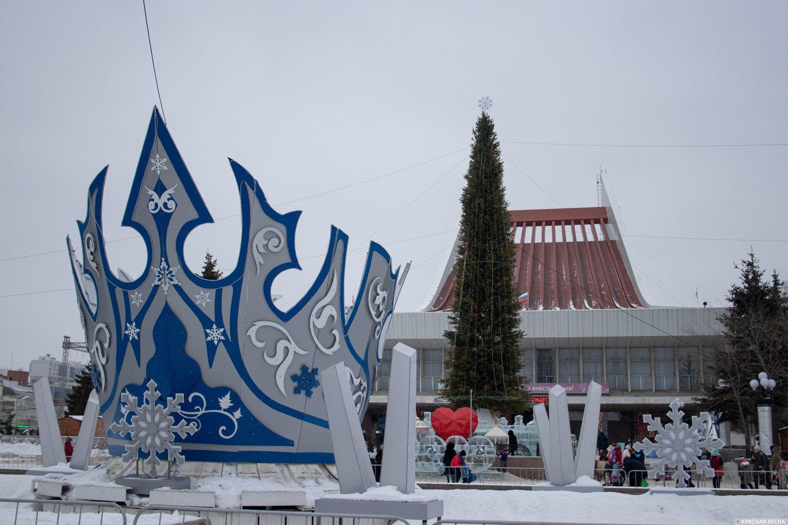 Корона Снежной королевы на площади перед Музыкальным театром