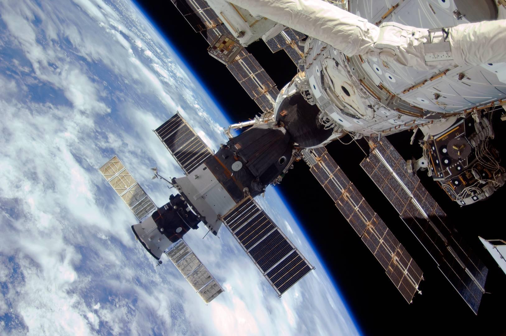 лепестках, фото россии из орбитальной станции отличное решение для