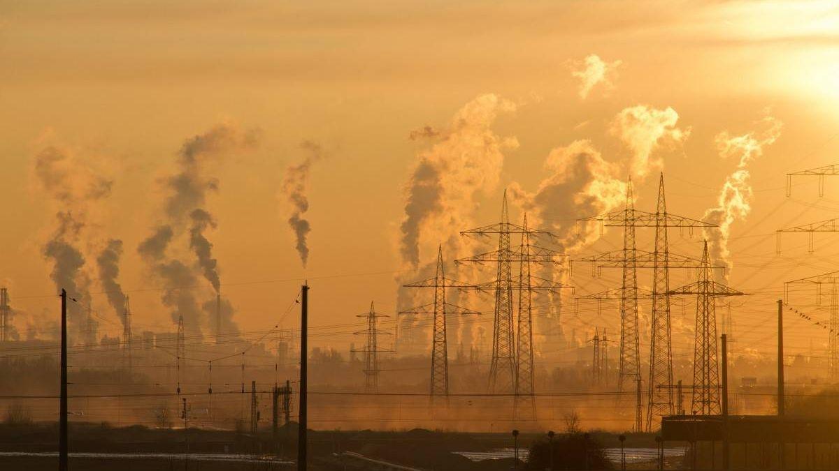 Дым над городом в безветренную погоду