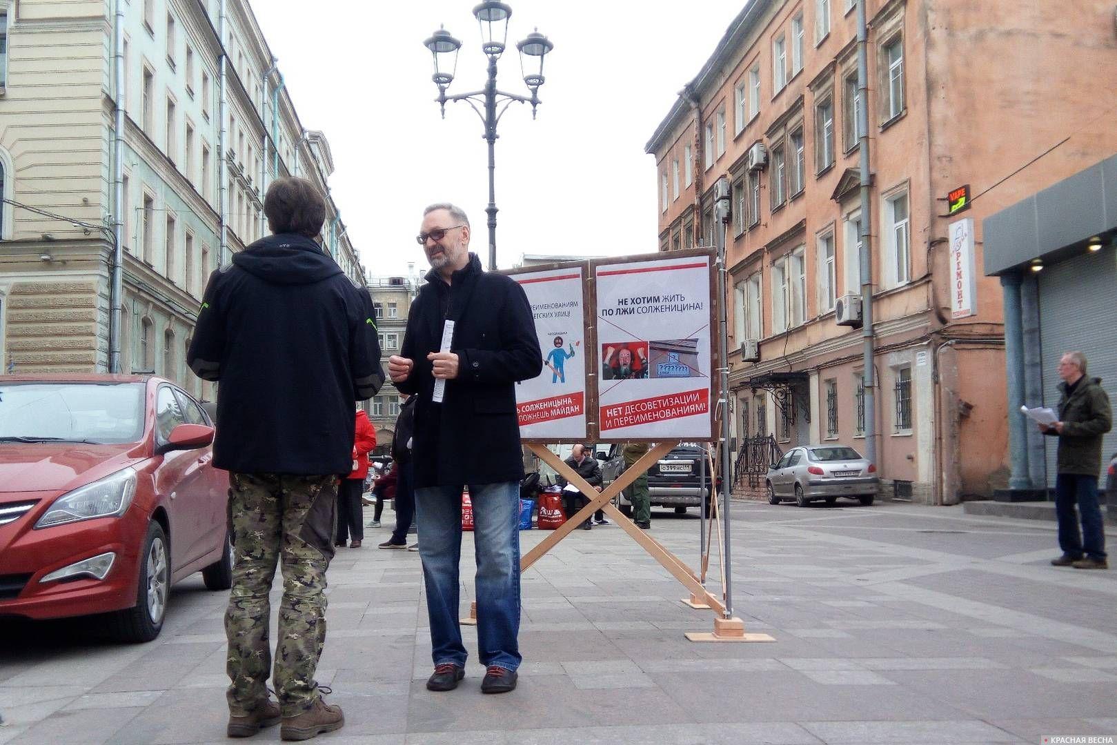 Горожане подходили к активистам