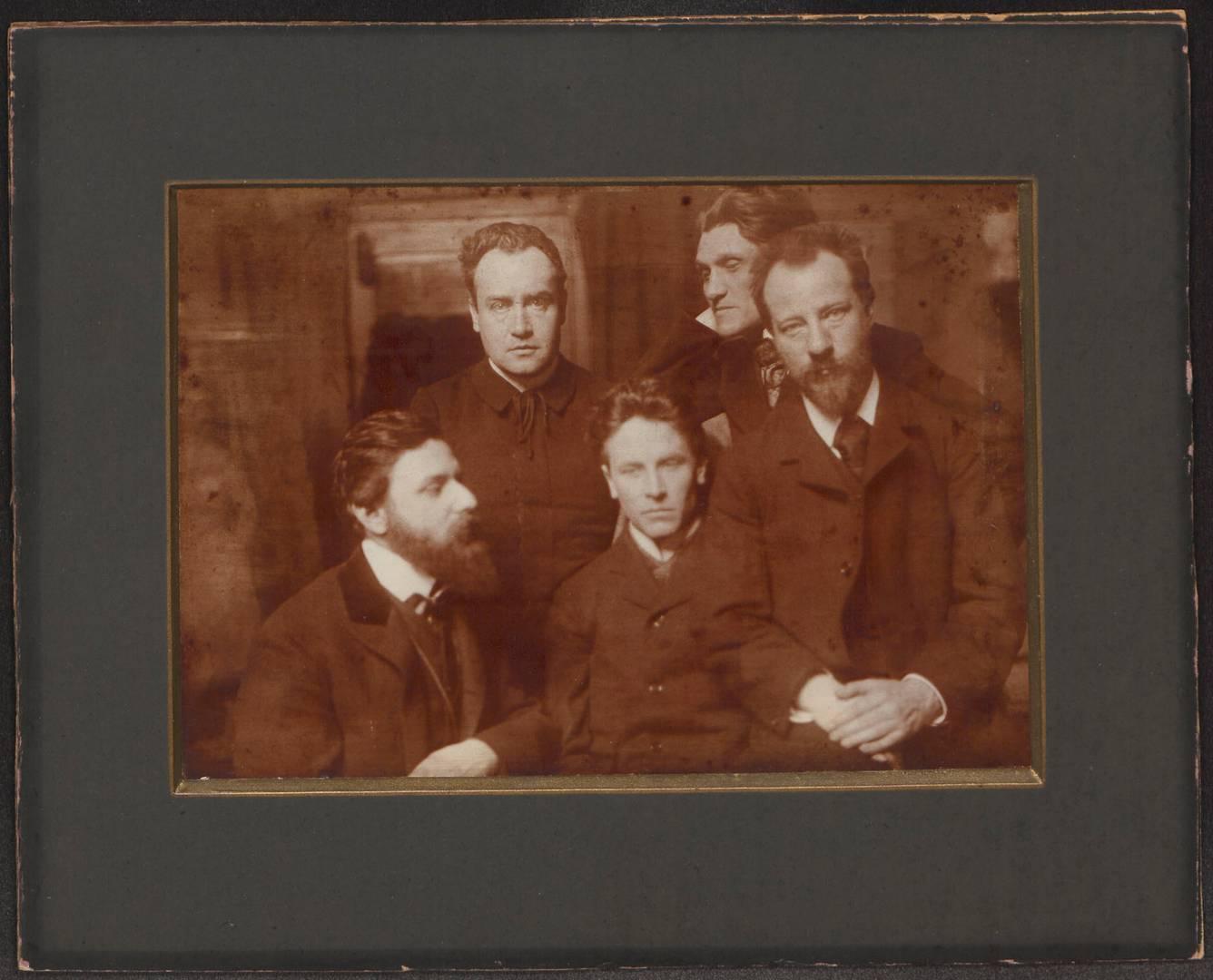 Альфред Шулер (второй слева) и Людвиг Клагес (третий слева). 1902