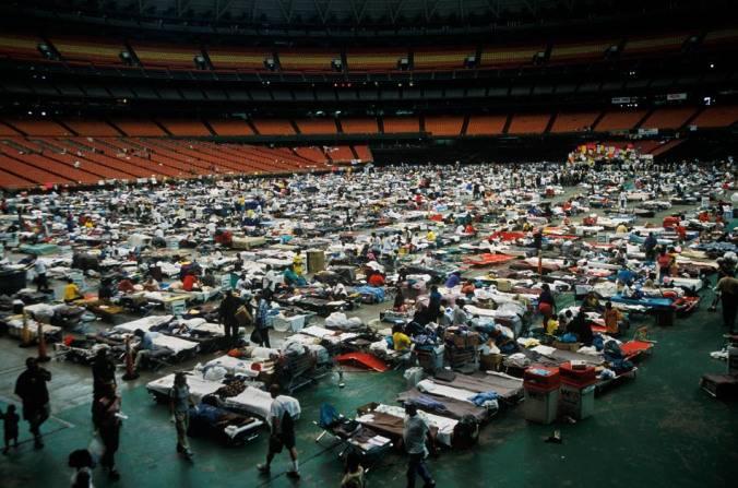 Люди, спасшиеся от урагана, на стадионе «Супердоум»