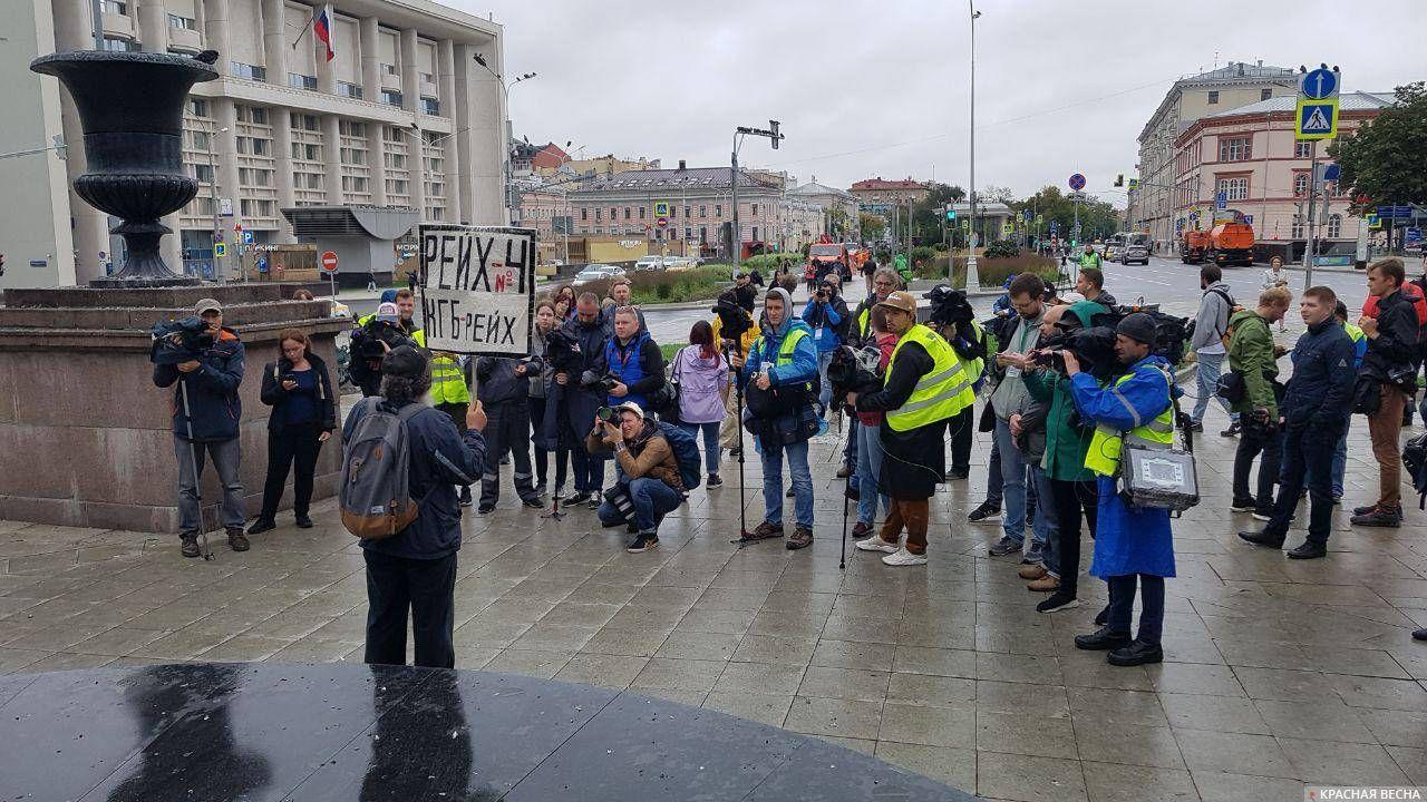 Тем временем на Тургеневской площади скучающие журналисты рады любому протестующему