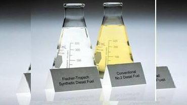 Сравнение синтетического топлива и обычного дизельного топлива. Синтетическое топливо заметно чище из-за отсутствия серы и примесей