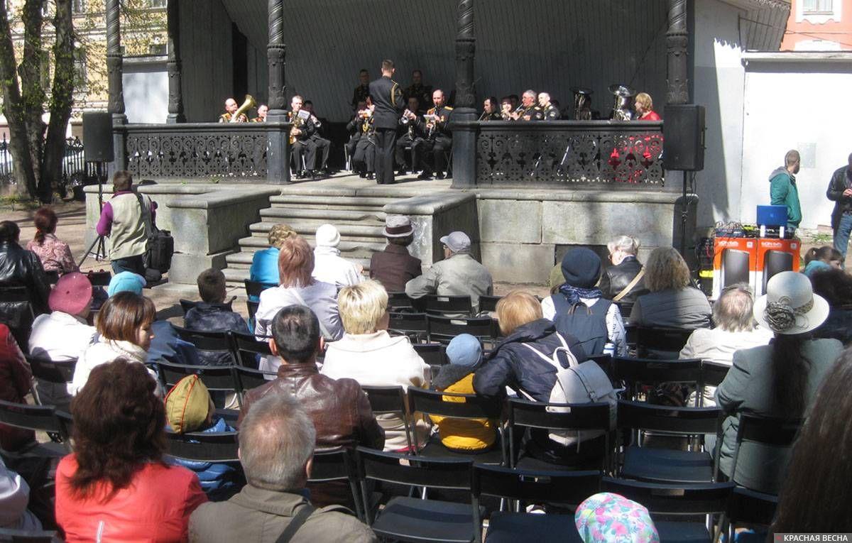 Санкт-Петербург. Праздничный концерт в Румянцевском саду. Духовой оркестр играет марш Советской армии