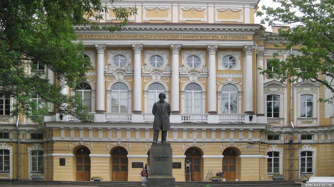Памятник педагогу К.Д.Ушинскому рядом с РГПУ им. А.И.Герцена. Санкт-Петербург