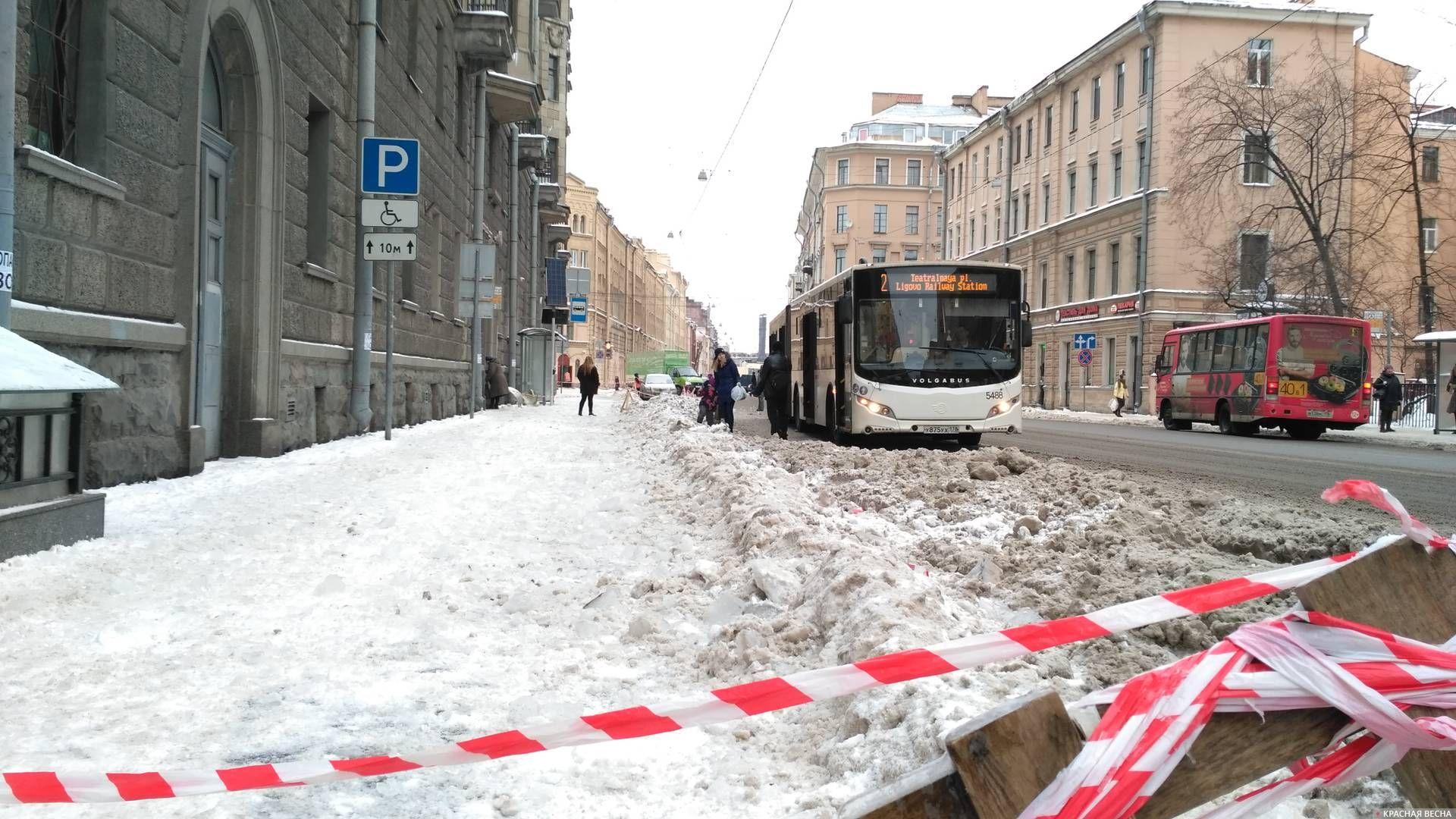 Очистка крыши дома у остановки создала неудобства пассажирам автобуса. Санкт-Петербург