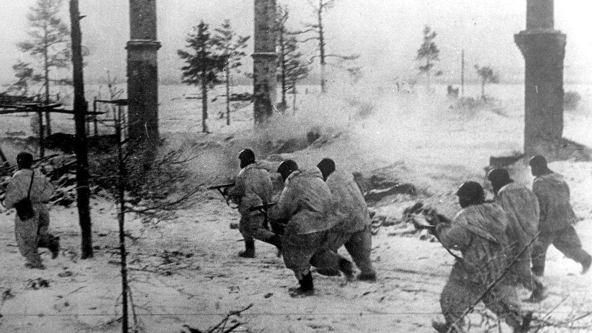 Бойцы Волховского фронта в наступлении во время прорыва блокады Ленинграда. Январь 1943 г.