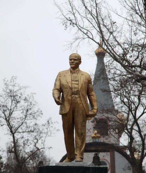 Ленин между бандеровцами и власовцами