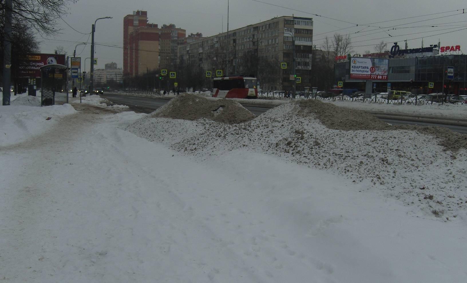 Снежный вал вдоль обочины. СПб. Бухарестская ул.