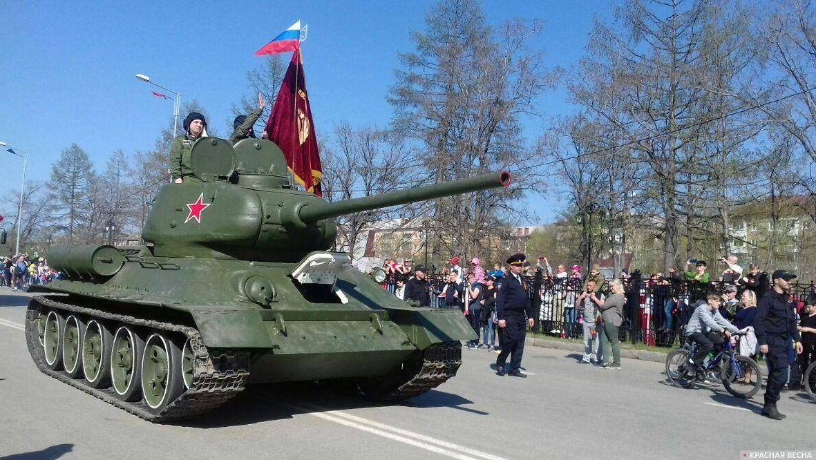 Танк Т-34 на параде в Дзержинском районе Нижнего Тагила, 9 мая 2019