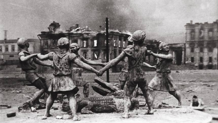 Фонтан в центре Сталинграда, 1943 г.