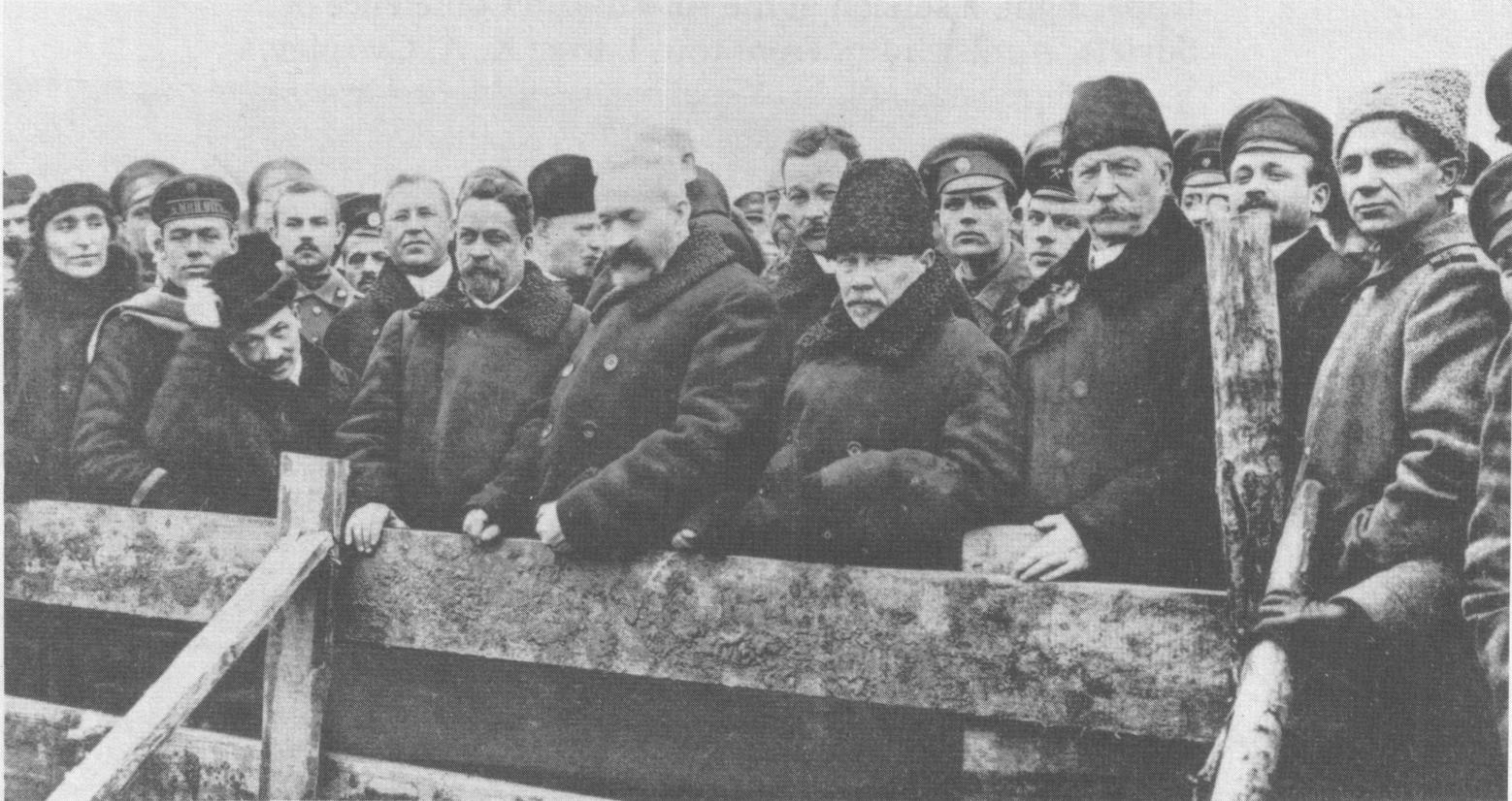 Министры на похоронах жертв Февральской революции. Среди них (слева направо) Коновалов, Шингарев, Львов, Некрасов, Годнев и Милюков