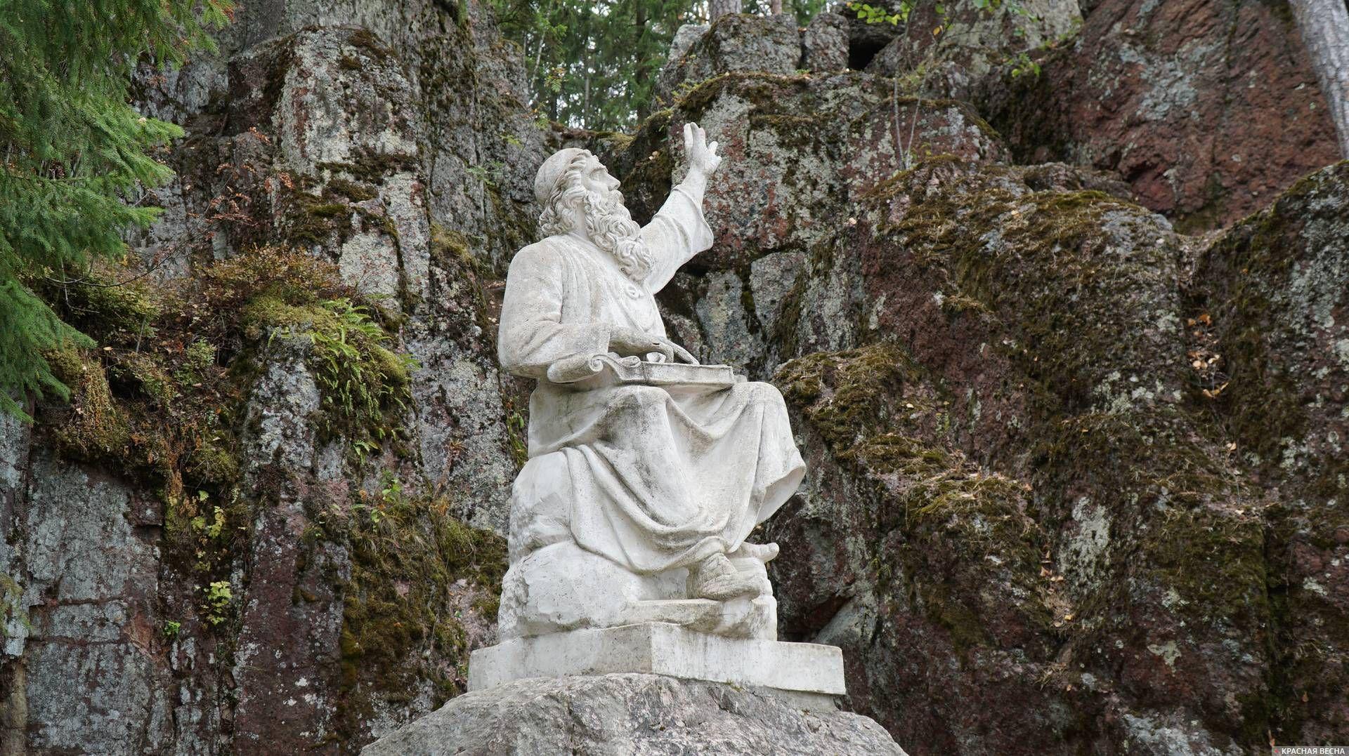 Скульптура Вяйнямёйнена, одного из главных героев карело-финского эпоса «Калевала», в парке Монрепо. Выборг. 21.08.2019