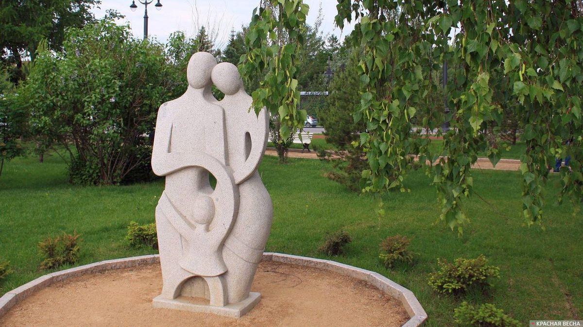 Семья. Композиция из камня. Омск