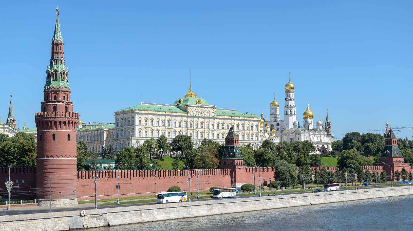 Путин вручит родным погибшего летчика Романа Филипова звезду Героя РФ