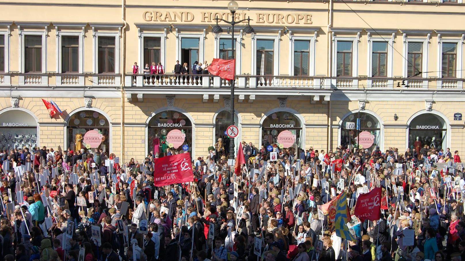 «Бессмертный полк» приближается к Дворцовой площади в городе-герое Ленинграде