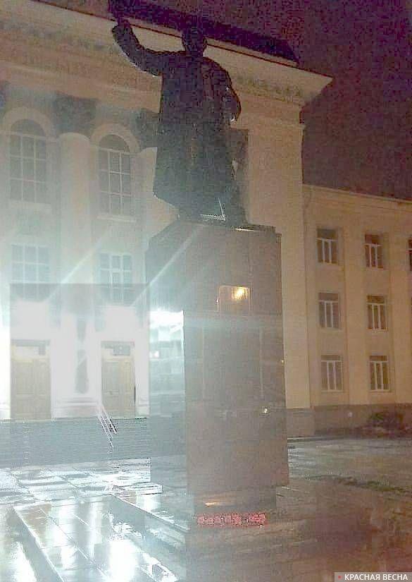 7 Ноября у памятников Ленину традиционно лежат цветы