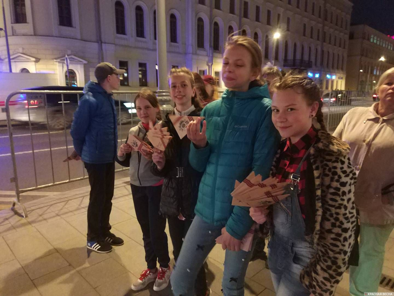 Дети из ЛНР раздают письма прохожим в Москве