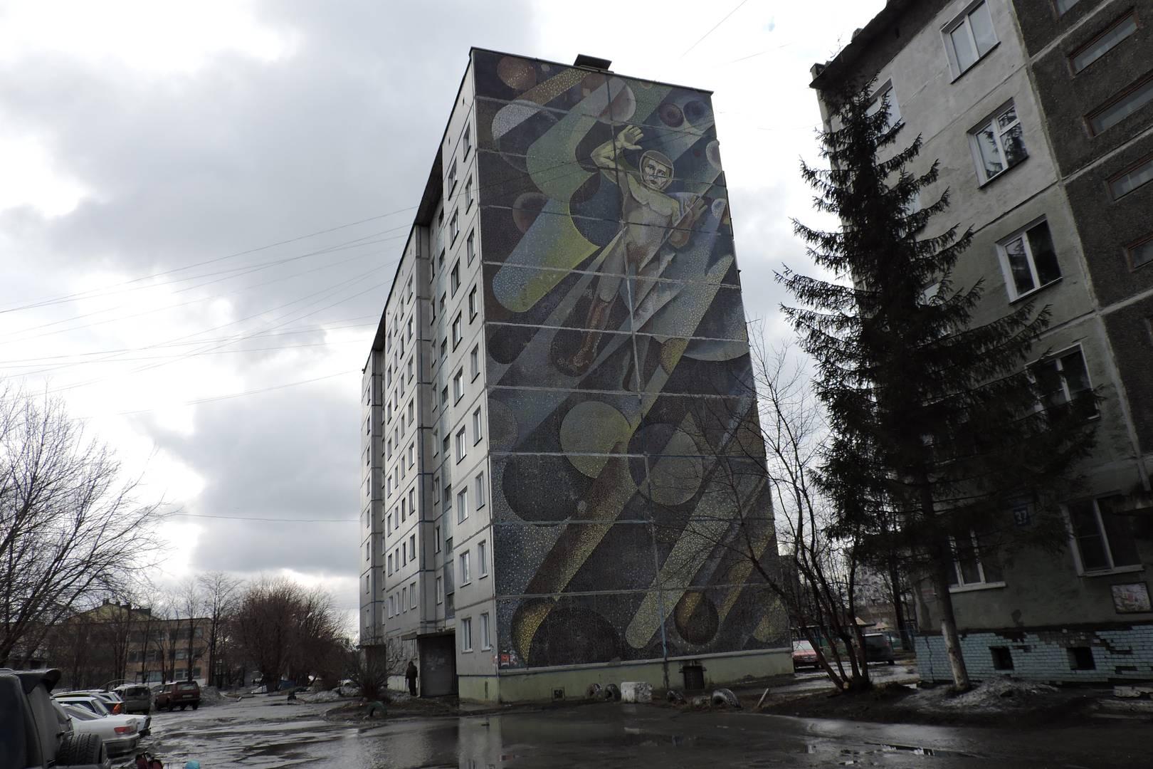 «Космонавт», мозаика на жилом девятиэтажном доме, р.п. Линево, Новосибирская область