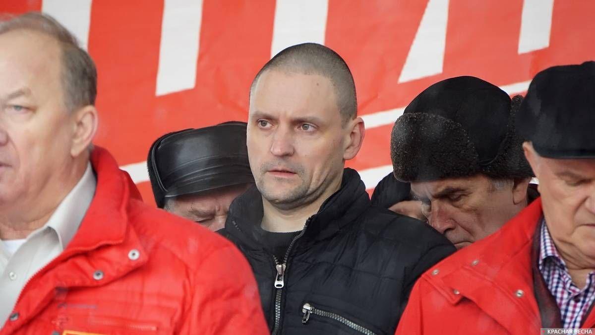 Сергей Удальцов (в центре)