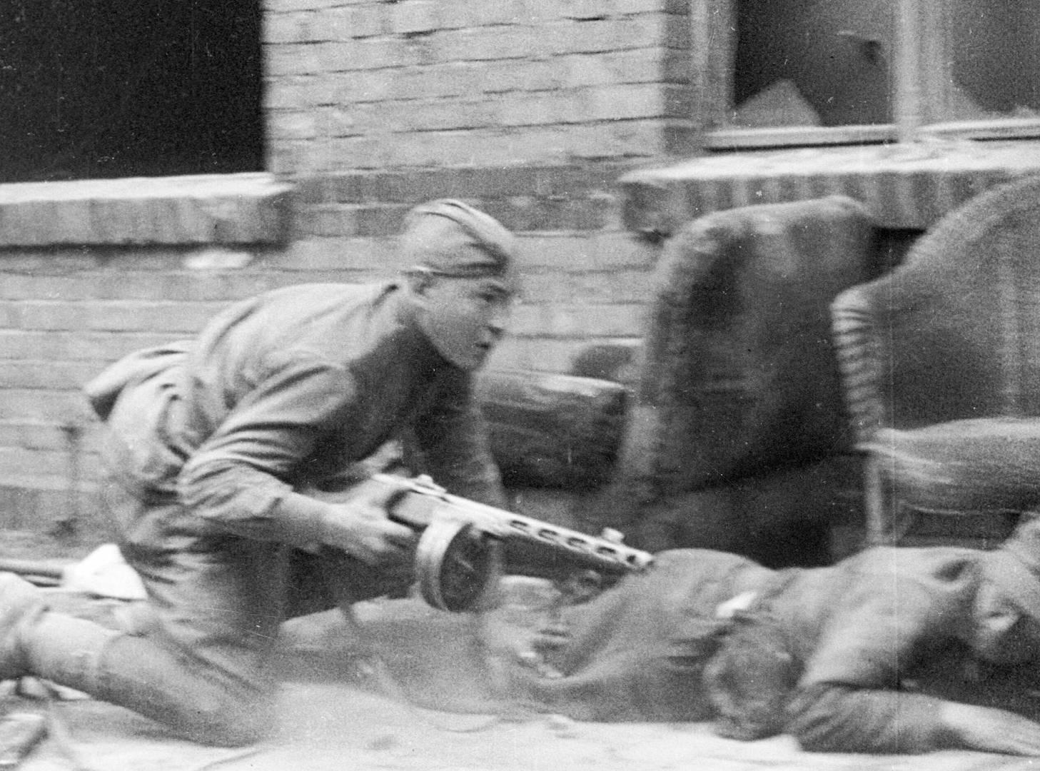 Автоматчик РККА во время боя в Берлине. Май 1945 г.