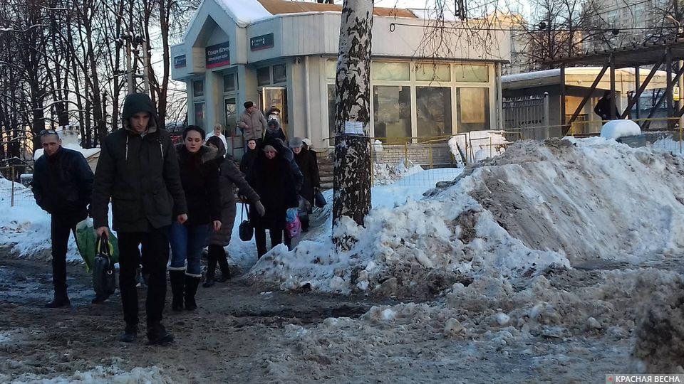 Все эти люди заплатили за проезд! Москва, выход с платформы Матвеевская Киевской ж/д